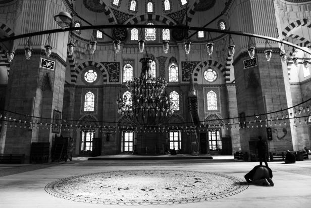 Şeyhzade Mosque interior BW